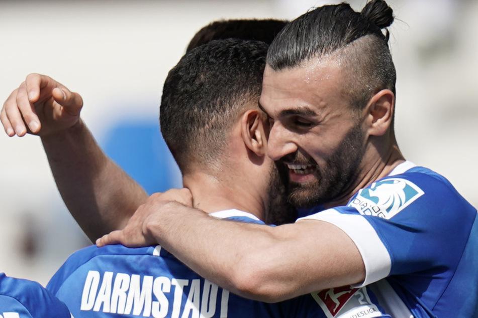 Der Mann des Nachmittags, Serdar Dursun (r.) und SVD-Teamkollege Victor Pálsson bejubeln den Treffer zum zwischenzeitlichen 2:1 gegen den 1. FC Heidenheim.