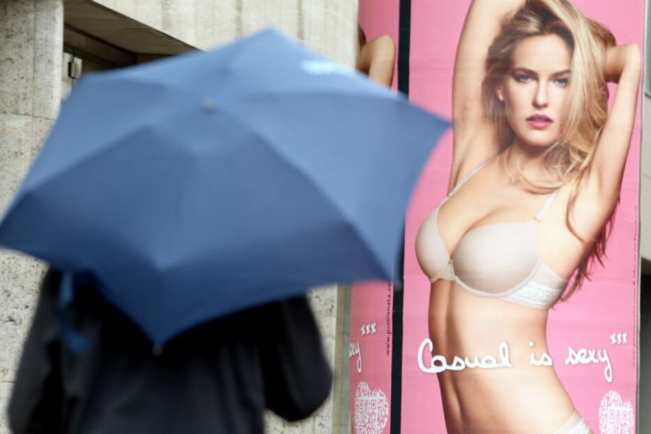 Könnte in Flensburg bald verboten sein: ein Werbeplakat mit einer blonden Frau in Unterwäsche.