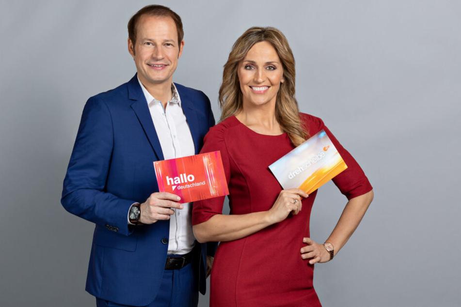 """Tim Niedernolte und Sandra Maria Gronewald tauschen ihre Moderatorenplätze bei den ZDF-Sendungen """"drehscheibe"""" und """"hallo deutschland""""."""
