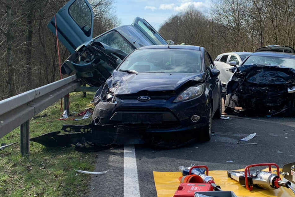 Golf-Fahrer (19) gerät in Gegenverkehr und stirbt bei Horror-Crash