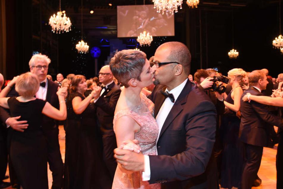 """Sie küsst wieder ihren Mann Nikolaus: Cheryl Shepard (51, """"Rote Rosen"""") wurde offenbar ihr Knutschausrutscher in einer Leipziger Disko verziehen."""