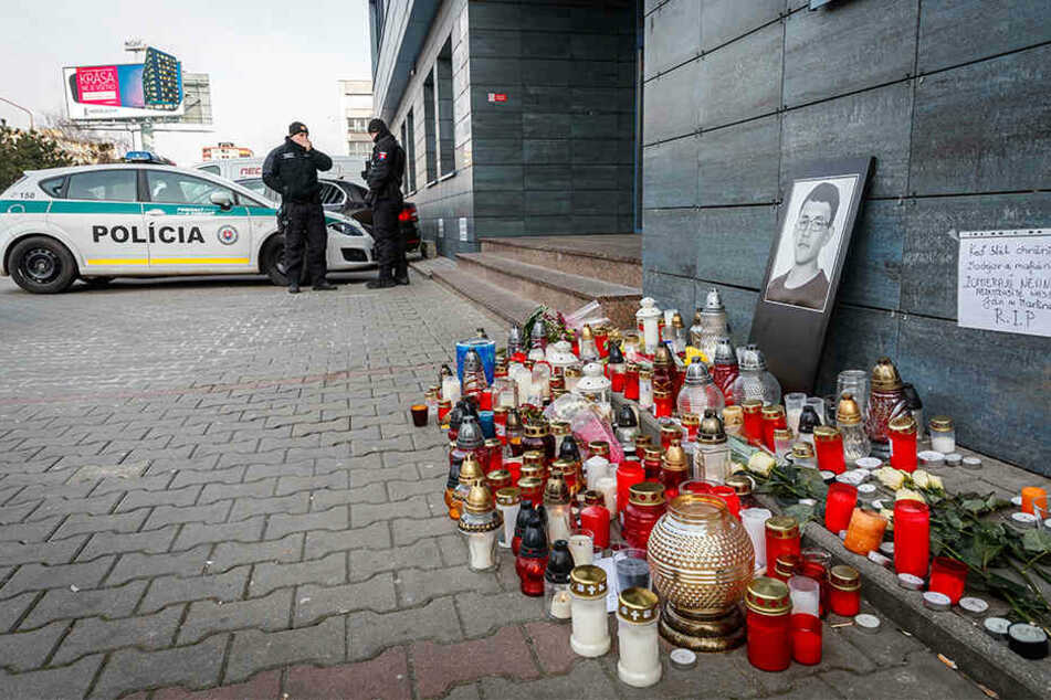 """Polizisten bewachen den Eingang zum Bürogebäude des Nachrichtenportals """"aktuality.sk"""", für den der Investigativ-Journalist Kuciak geschrieben hat."""