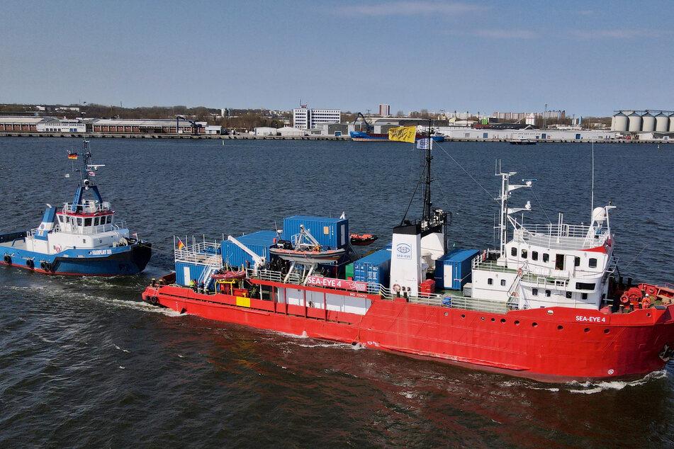 """Das Seenotrettungsschiff """"Sea-Eye 4"""" legt im Fischereihafen ab, um in Richtung Mittelmeer zu fahren."""