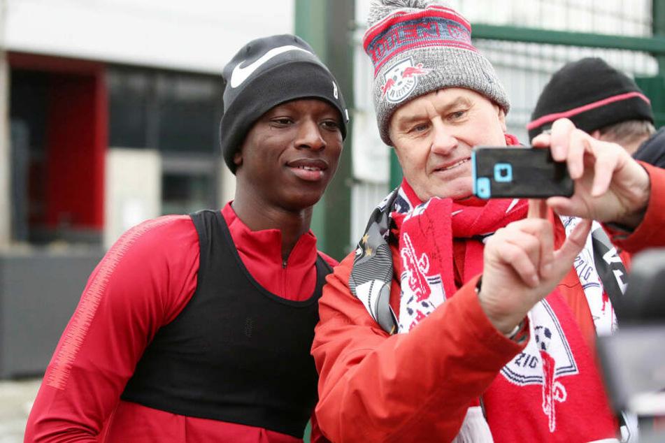 Amadou Haidara stand nur zehn Wochen nach seinem Kreuzbandriss schon wieder auf dem Trainingsplatz, nahm sich auch für die Anhänger Zeit.
