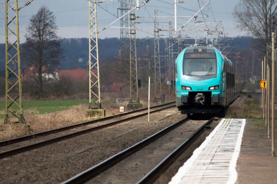 Ein einfahrender Zug musste ein Notbremsung einlegen wegen eines Mannes auf den Gleisen (Symbolfoto).