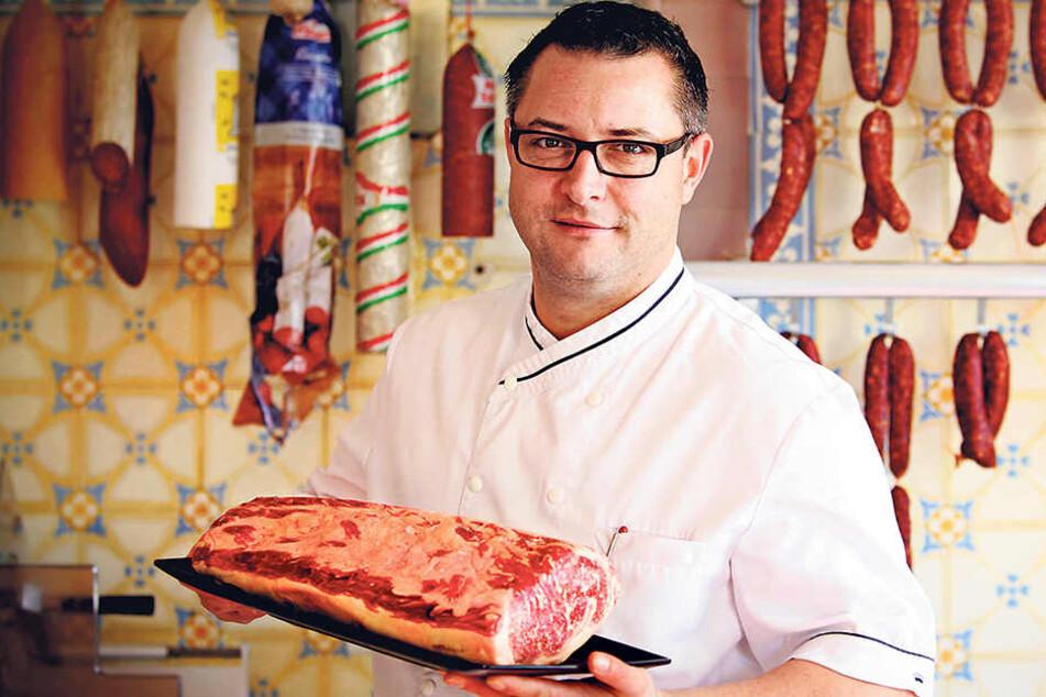 Fleischer Andreas Koreng (41) zeigt stolz das Rückenstück einer 18 Jahre  alten Kuh aus dem Baskenland.