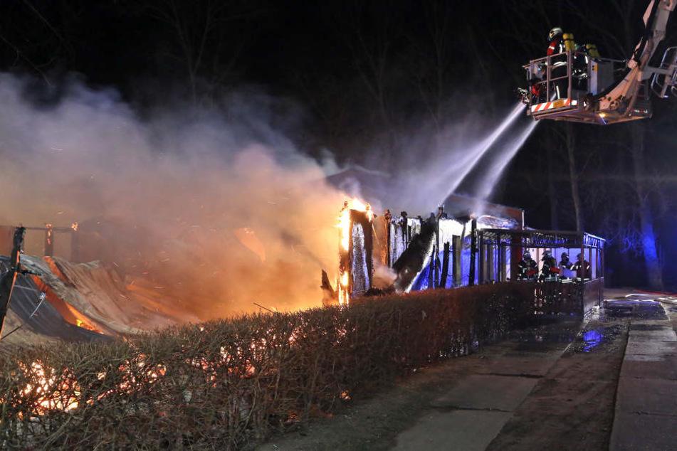 Brandstiftung nach Einbruch? Coswiger Vereinsheim komplett abgebrannt