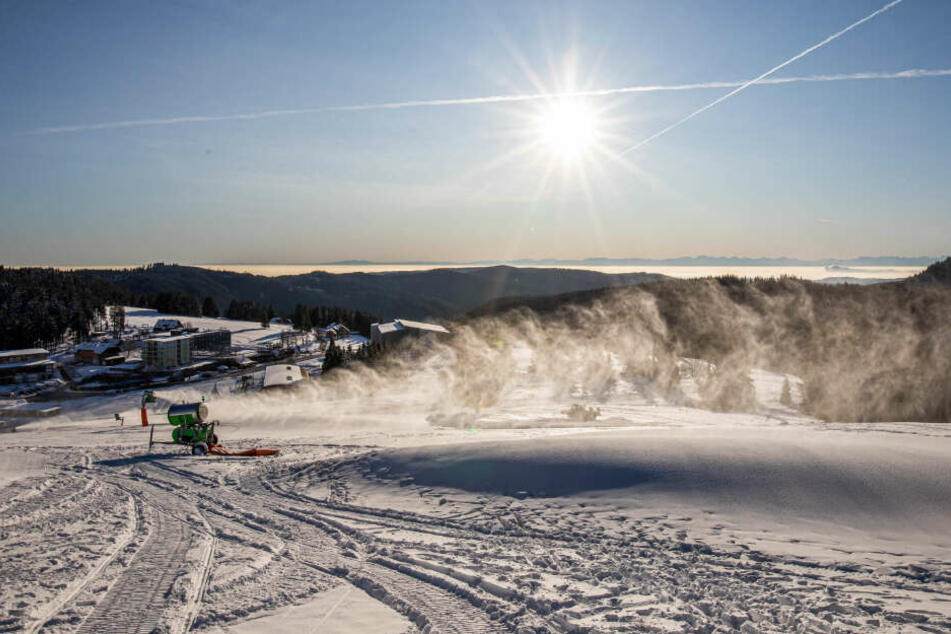 Eine Schneekanone beschneit diese Piste zwischen dem Feldbergturm und der Talstation der Feldbergbahn.