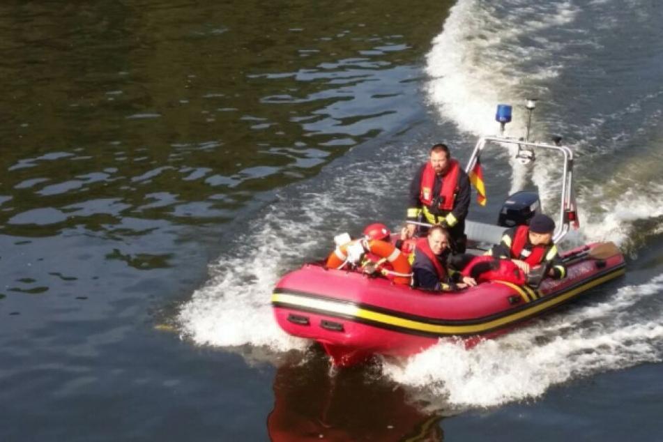 """Die Feuerwehr rettete die """"Verletzten"""" mit einem Boot aus dem Wasser."""