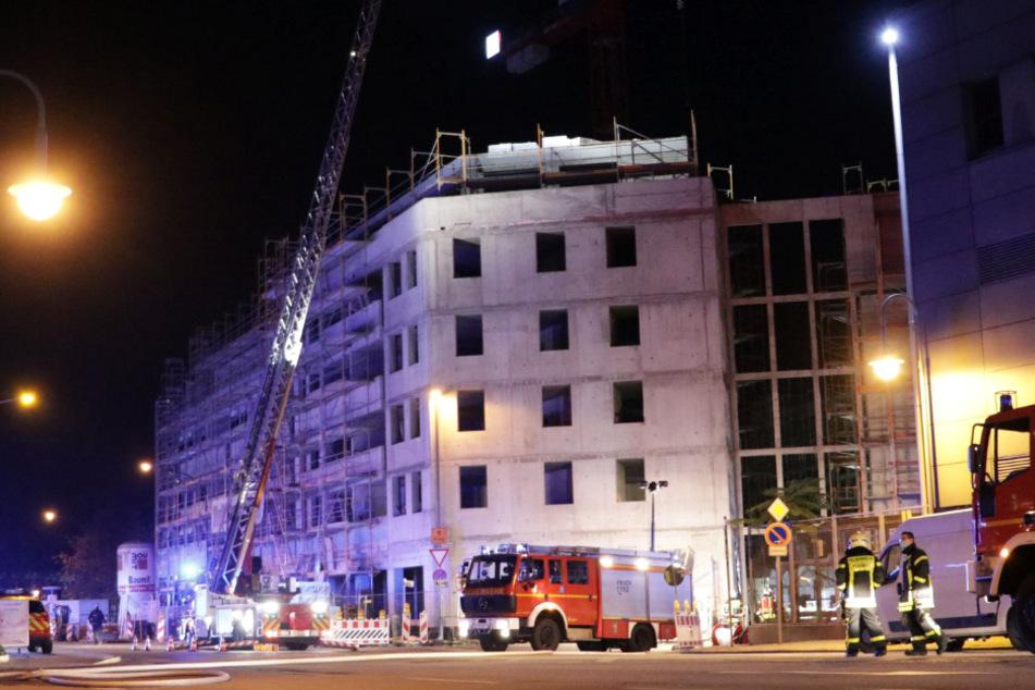 Auf dem Dach eines Rohbaus in Hanau war Feuer ausgebrochen.