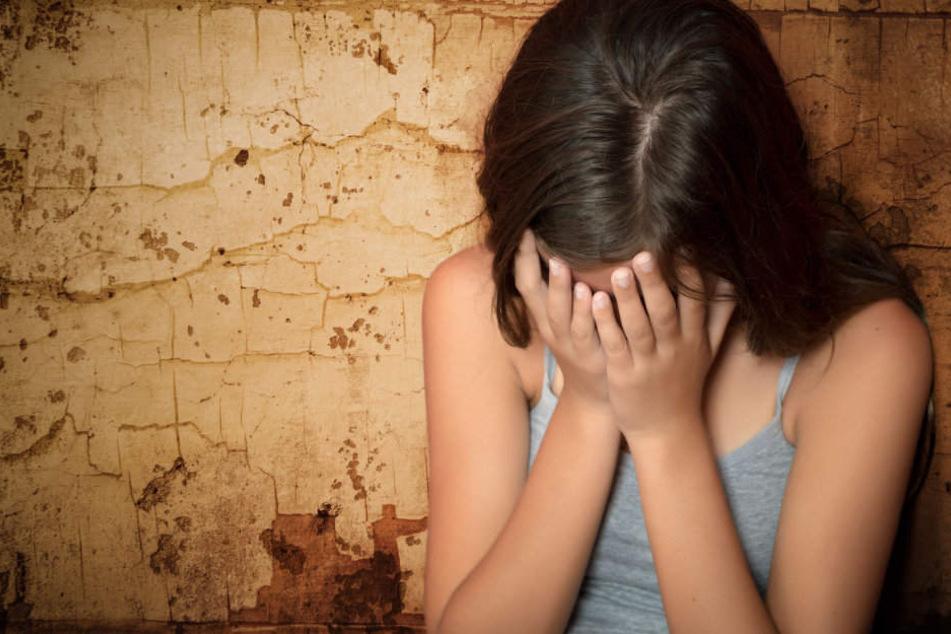 Die Männer bedrängten die 15-Jährige und flüchteten dann. (Symbolbild)