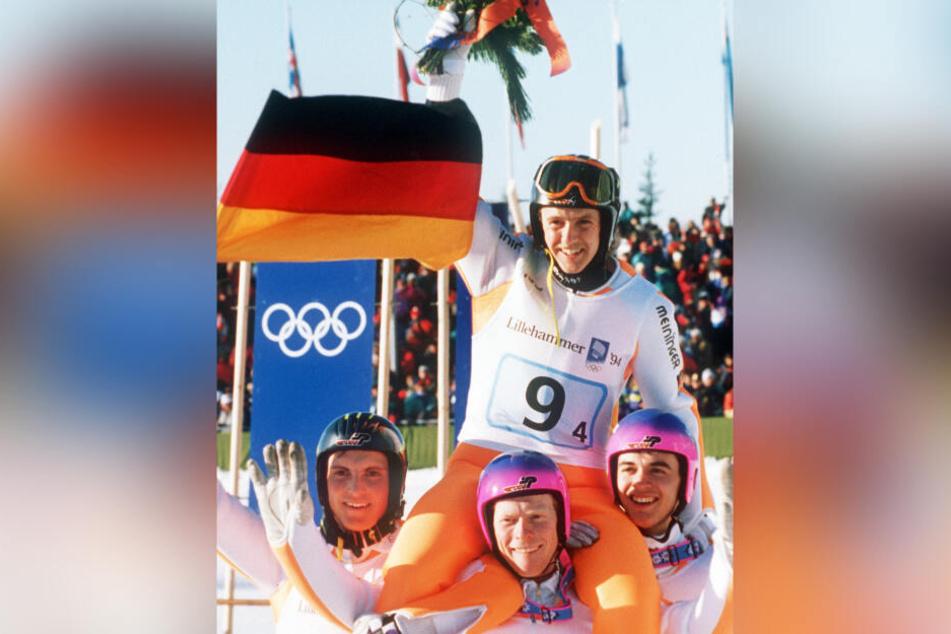 Jens Weißflog (oben, hier beim Jubel über die Olympia-Goldmedaille 1994 im norwegischen Lillehammer) gewann drei olympische Goldmedaillen und wurde dreimal Weltmeister.