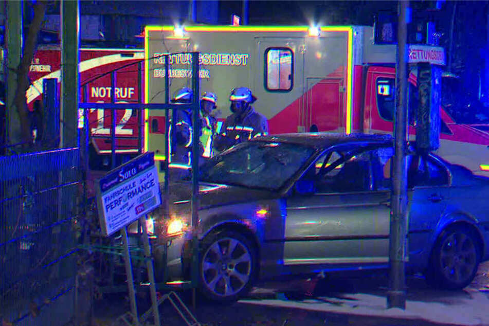 Der Screenshot von einem Video zeigt ein Auto, das nach einem Unfall auf einem Gehweg steht.