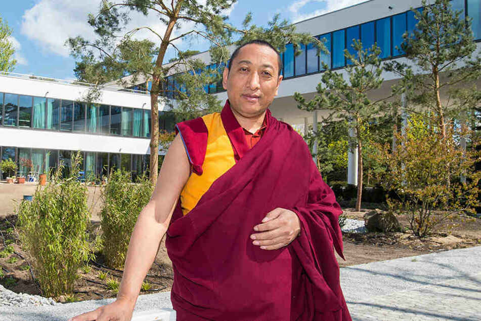 Lama Yonten aus Tibet steht im Garten vor dem Neubau des Sukhavati Spiritual Care Centers in Bad Saarow (Brandenburg).