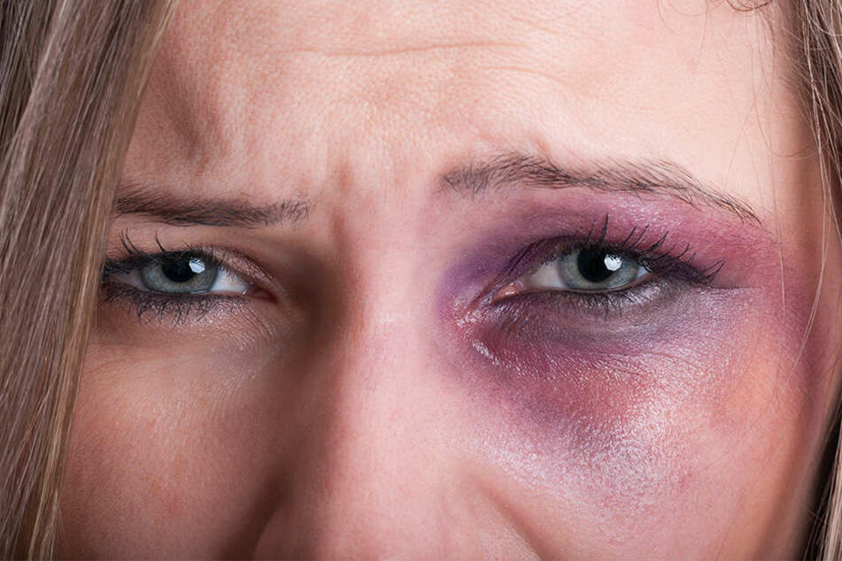 Die junge Frau rief schwer verletzt die Polizei und wurde in Sicherheit gebracht. (Symbolbild)