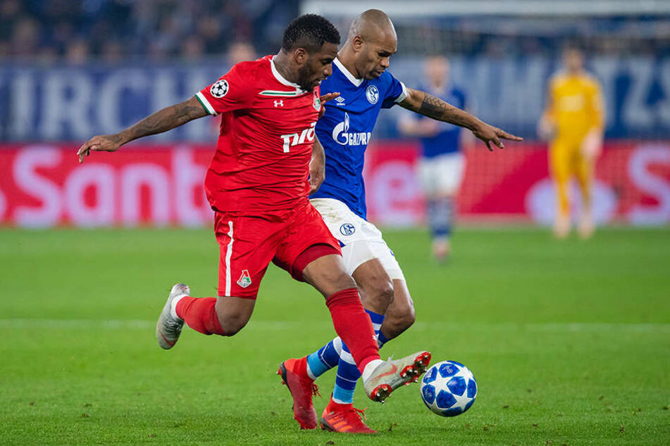 Schalkes Naldo (r.) und Moskaus Jefferson Farfan im Zweikampf um den Ball.
