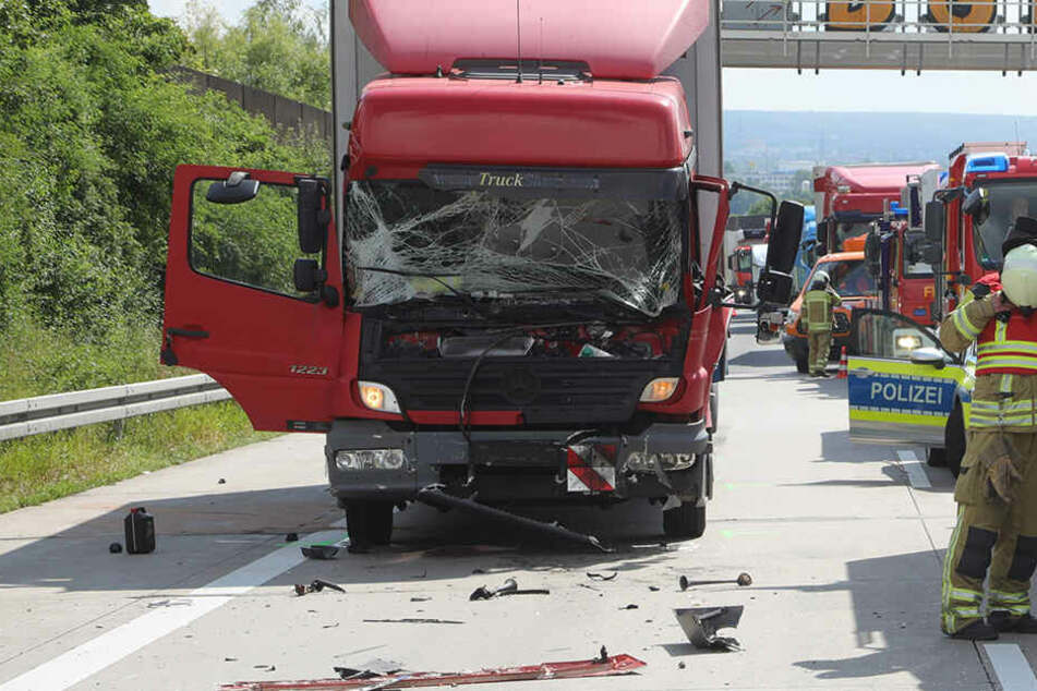 Laster kracht auf A4 ins Stauende: Fahrer schwer verletzt!