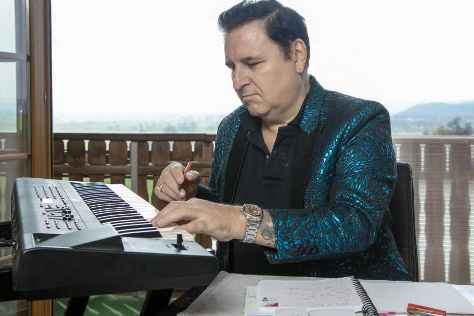 Ex-Auswanderer Ritchie haut wieder zuhause in die Tasten. Noch in diesem Jahr soll sein neues Best-of-Album erscheinen.