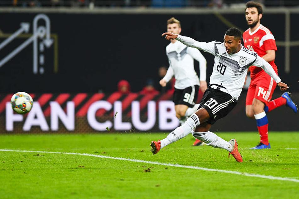 Die Entscheidung noch vor der Pause: Serge Gnabry (vorne) trifft mit einem satten Schlenzer zum 3:0 für die DFB-Auswahl.