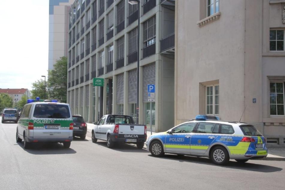 Einsatzwagen der Polizei stehen vor der AOK-Filiale am Sternplatz.