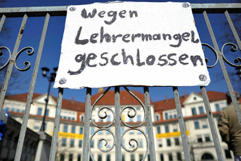 Der Lehrermangel in Sachsen wird auch im neuen Schuljahr zu Unterrichtsausfall führen. (Symbolbild)