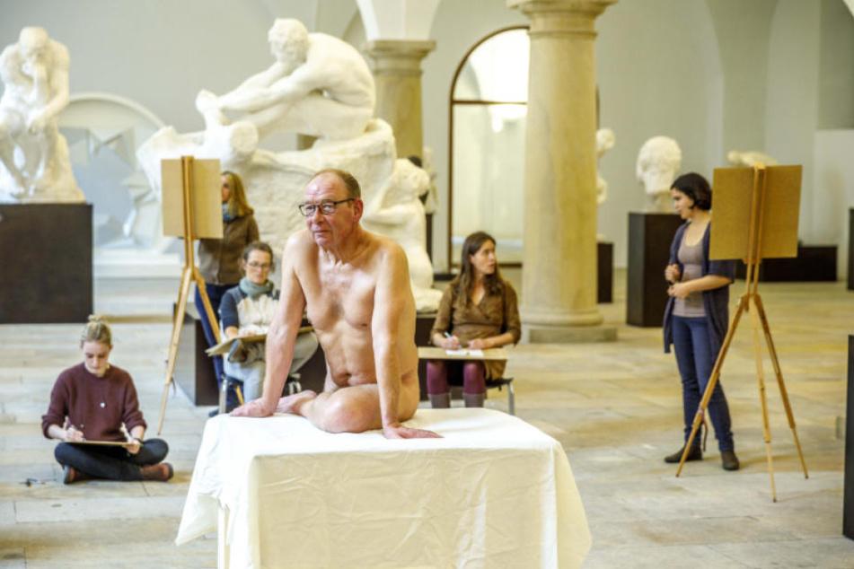 """Aktmodell Matthias mit Aktzeichnerinnen beim Pressetermin. Ganz links """"Der Denker"""" von Rodin."""
