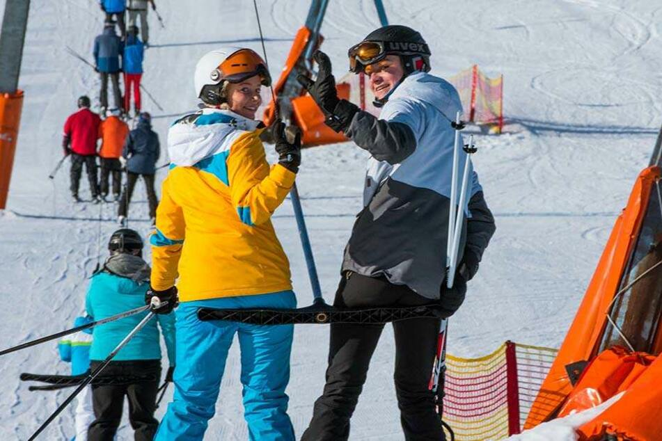 Bei Sonnenschein genießen Pauline Willimowski (17) und Felix Müller (16) aus Raschau einen Tag am Skihang in Oberwiesenthal.