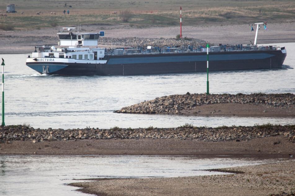 Mit Heizöl beladenes Schiff auf dem Main verunglückt