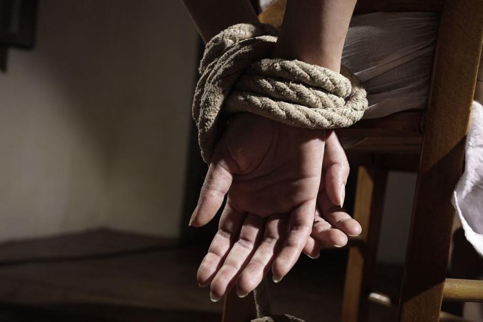 Der Täter schlug und fesselte die Frau. (Symbolbild)