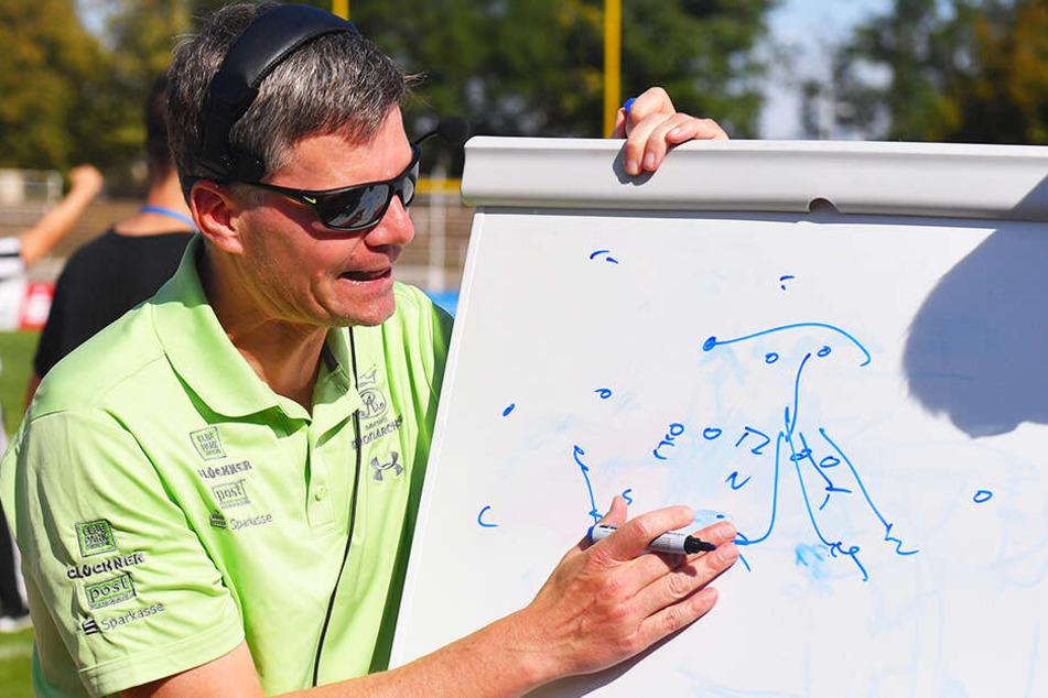 Coach Ulrich Däuber an der Taktiktafel. Die wird in den ersten Trainingseinheiten der Monarchs allerdings noch keine Rolle spielen.