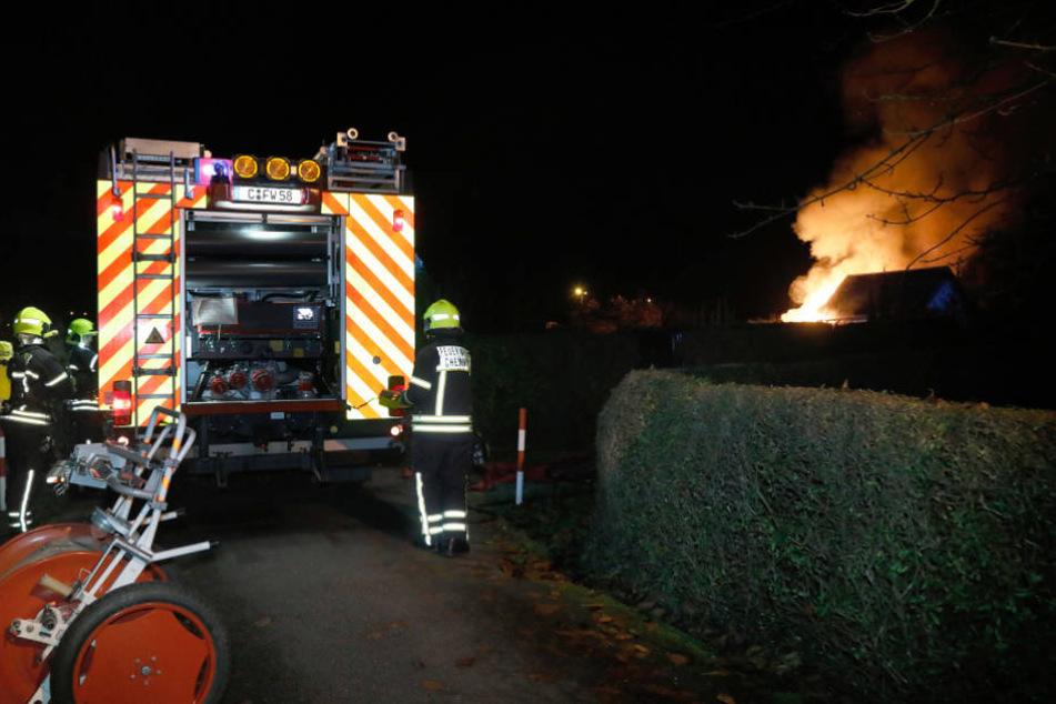 War hier ein irrer Zündler am Werk? Eine Brandserie hielt am Samstagabend die Feuerwehr in Atem.