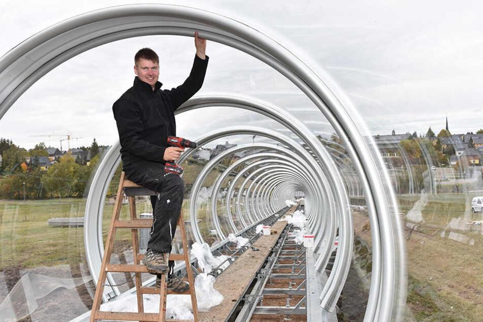 Betriebsleiter Manuel Püschel (31) beim Montieren der Röhre am Rodelhang.