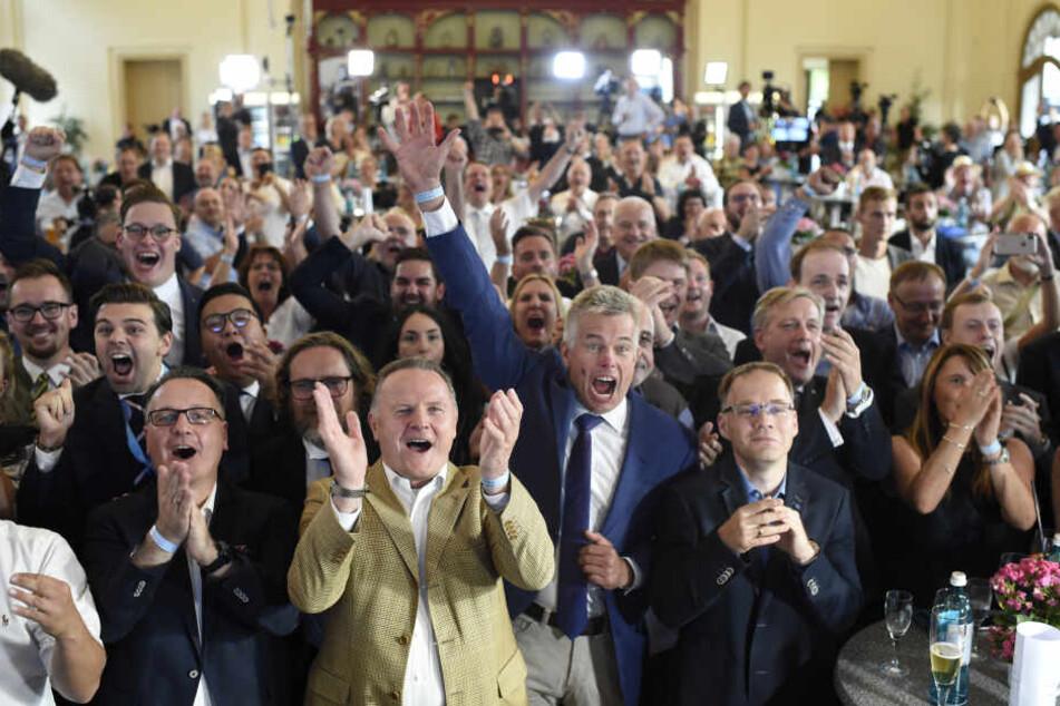Anhänger der AfD verfolgten auf der AfD-Wahlparty die Bekanntgabe erster Ergebnisse zur Landtagswahl in Brandenburg.