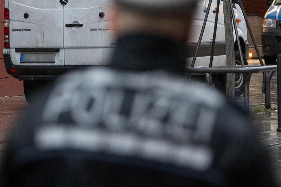 Die Polizei riegelte den Tatort in der Stadtmitte ab.