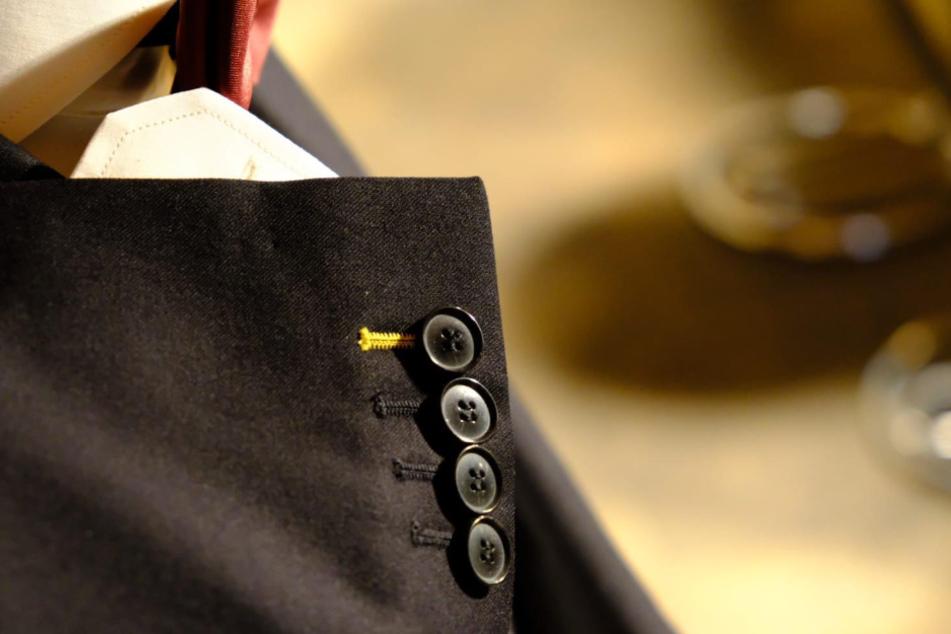 Liebevolles Detail: ein Knopfloch in Dynamo-Gelb.