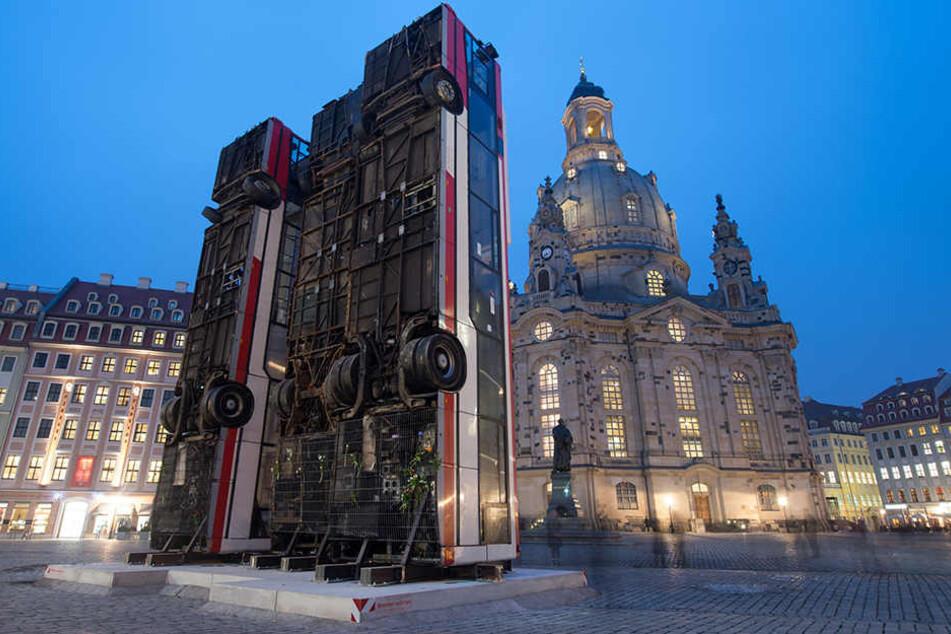 """Das Kunstwerk """"Monument"""" auf dem Dresdner Neumarkt hat enorme Diskussionen  ausgelöst."""