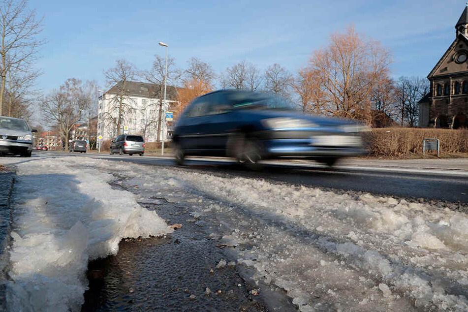 Auf der Zschopauer Straße bildete sich nach dem Wasserrohrbruch eine Eisschicht.