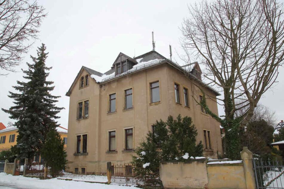 """Im März 2017 kaufte Ralf K. (51) mit seiner Immobilienfirma dieses Wohnhaus in der Thomas-Mann-Straße. Der Mobilfunkanbieter """"Telefónica"""" hatte mit der Vorbesitzerin einen Mietvertrag abgeschlossen."""