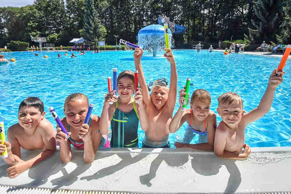 Knirpse unter Wasser: Für die jüngsten gab es beim Wittgensdorfer Freibadfest Tauchwettbewerbe.