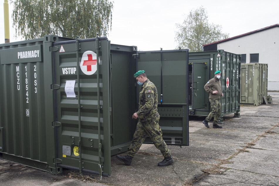 Ein Soldat betritt einen Container mit medizinischem Gerät. Die tschechische Armee hat mit den Vorbereitungen für den Aufbau eines Feldkrankenhauses auf dem Prager Messegelände begonnen.