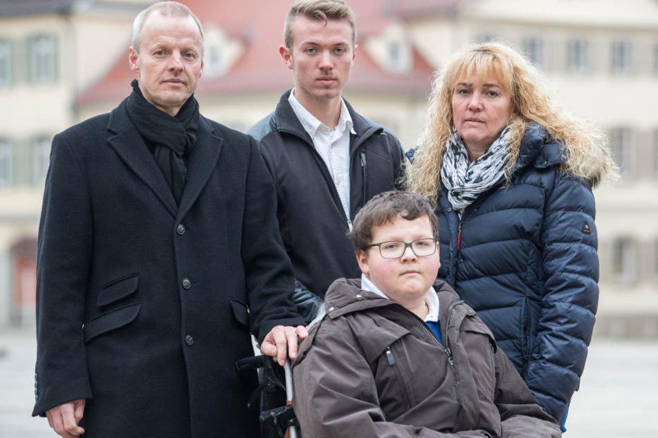 Vater Reiner Knoop (l-r), Mutter Elke und Bruder Stefan stehen am 12.01.2018 in Ludwigsburg hinter Jochen Knoop.
