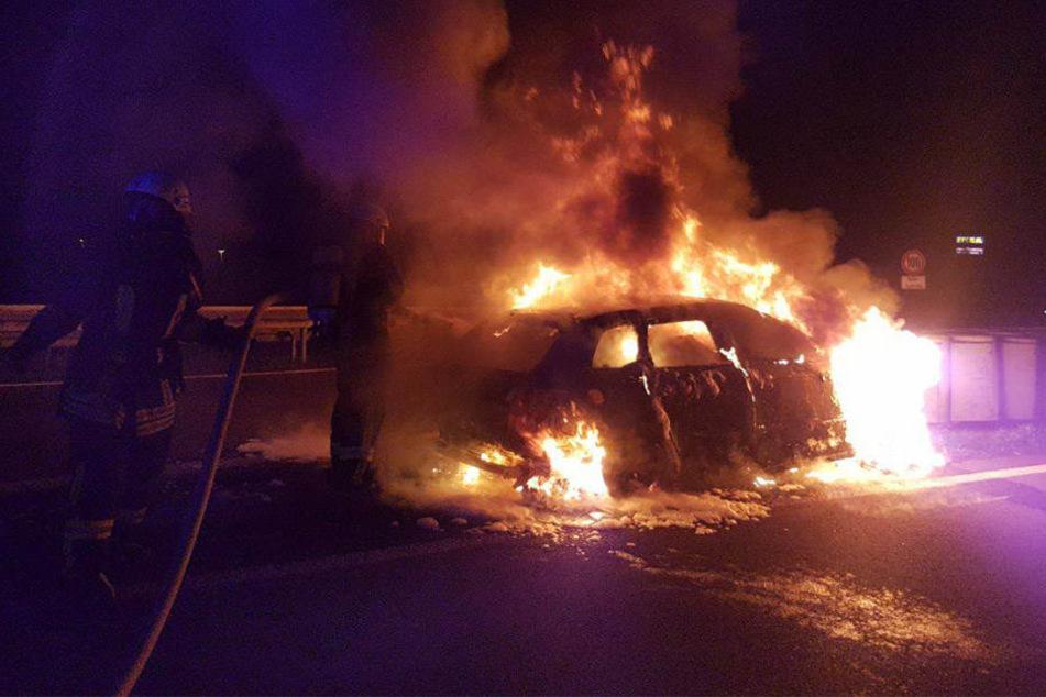 Das Auto brannte an der Abfahrt Leipzig-West komplett aus. Die Insassen konnten sich rechtzeitig retten.