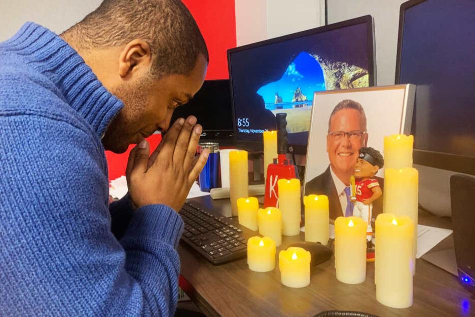 Kollege Jonathan McCall betete an seinem Arbeitsplatz bei Kerzenschein.