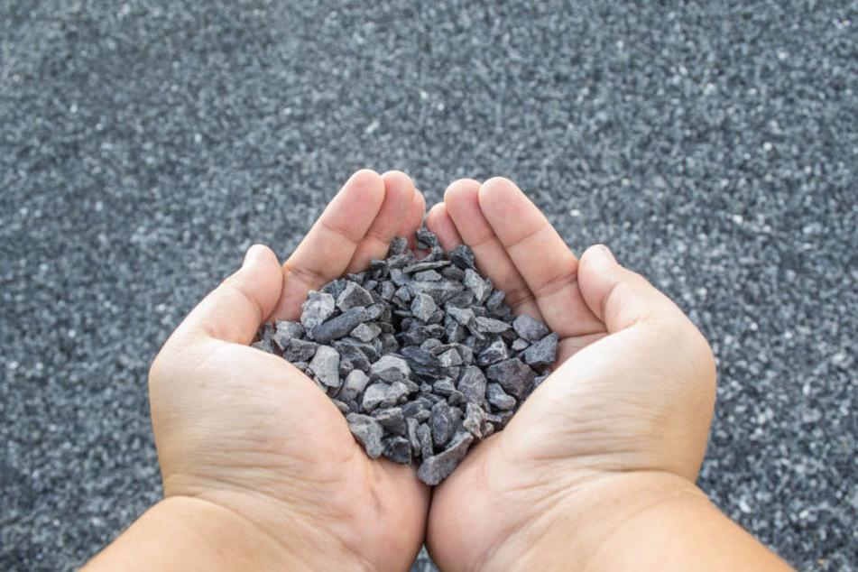 In Vogelsang haben Kinder Steine von einem Dach geworfen (Symbolbild).