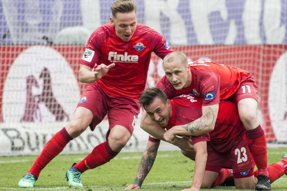 Phillip Tietz (li.) und Sven Michel (re.) freuen sich mit 1:0-Torschützen Robin Krauße (mi.).