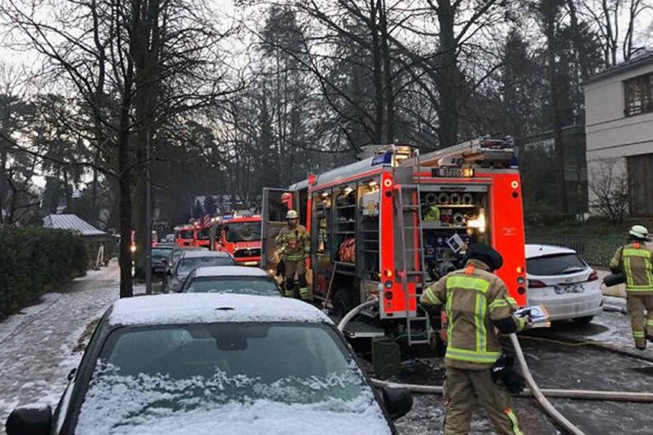 Die Feuerwehr ist mit etwa 80 Eisnatzkräften vor Ort.