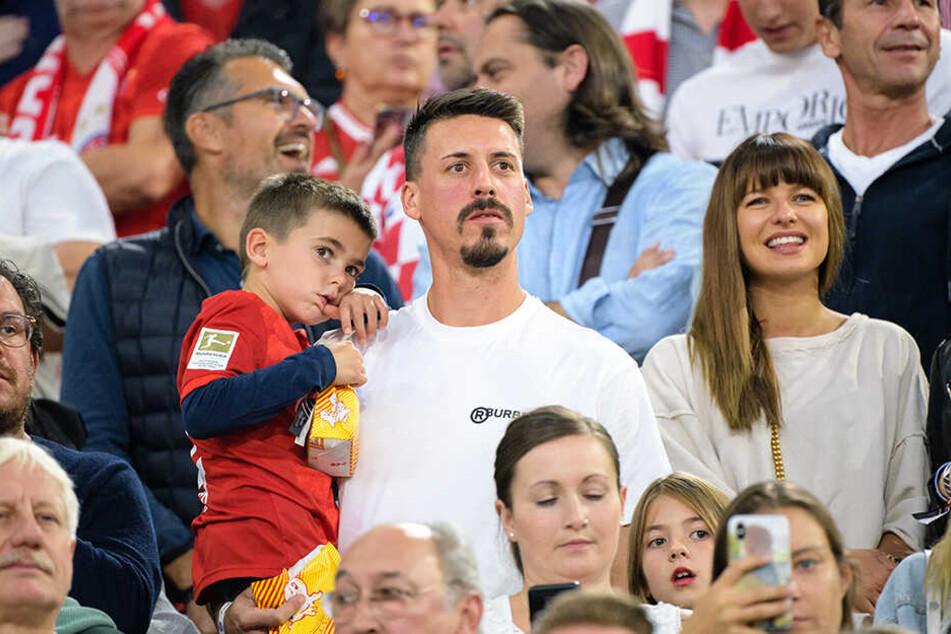 Familienmensch Sandro Wagner mit Frau und Kind beim Besuch des ersten Bayern-Spiels der Saison gegen Hertha BSC Berlin im August.