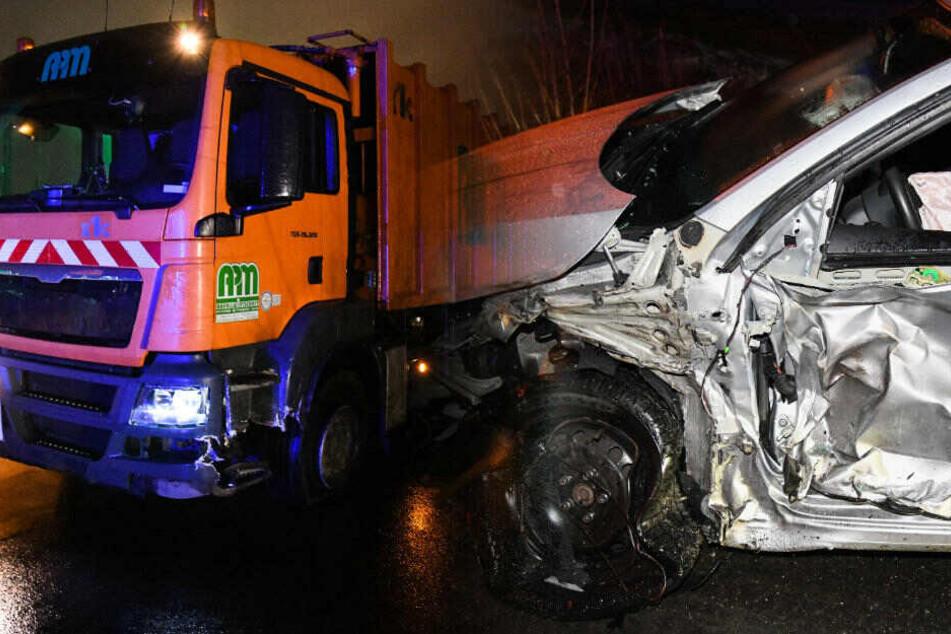 Fahrer eingeklemmt: Rentner kracht auf B2 mit Lkw zusammen