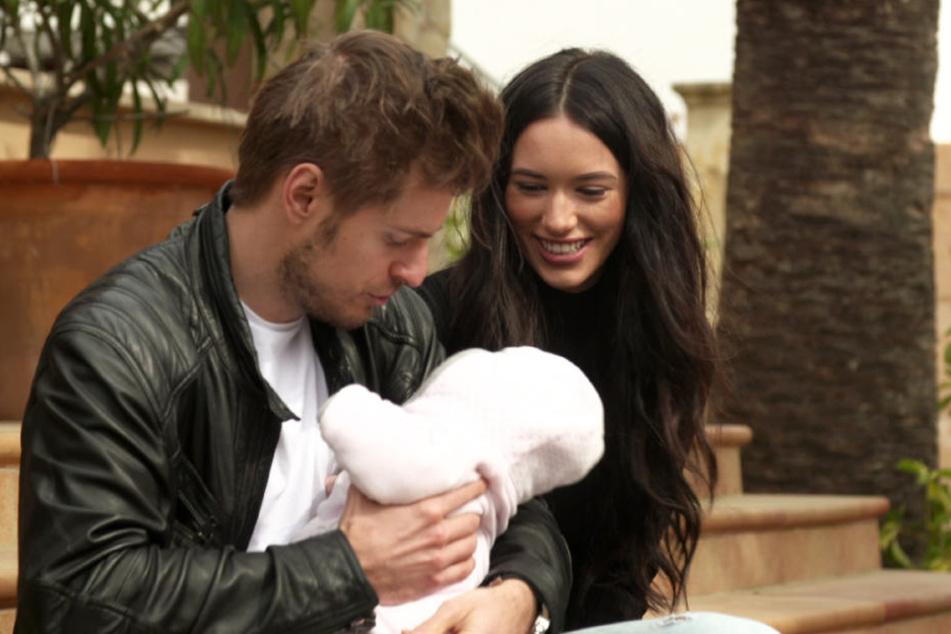 """In """"GZSZ - Das große Mallorca-Abenteuer der Stars"""" erinnern sich Jörn Schlönvoigt (31) und seine Frau Hanna Weig (22) an die dramatische Geburt ihrer Tochter Delia."""