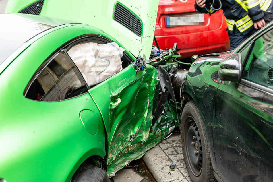 Die beiden Insassen des Mercedes wurden schwer verletzt.